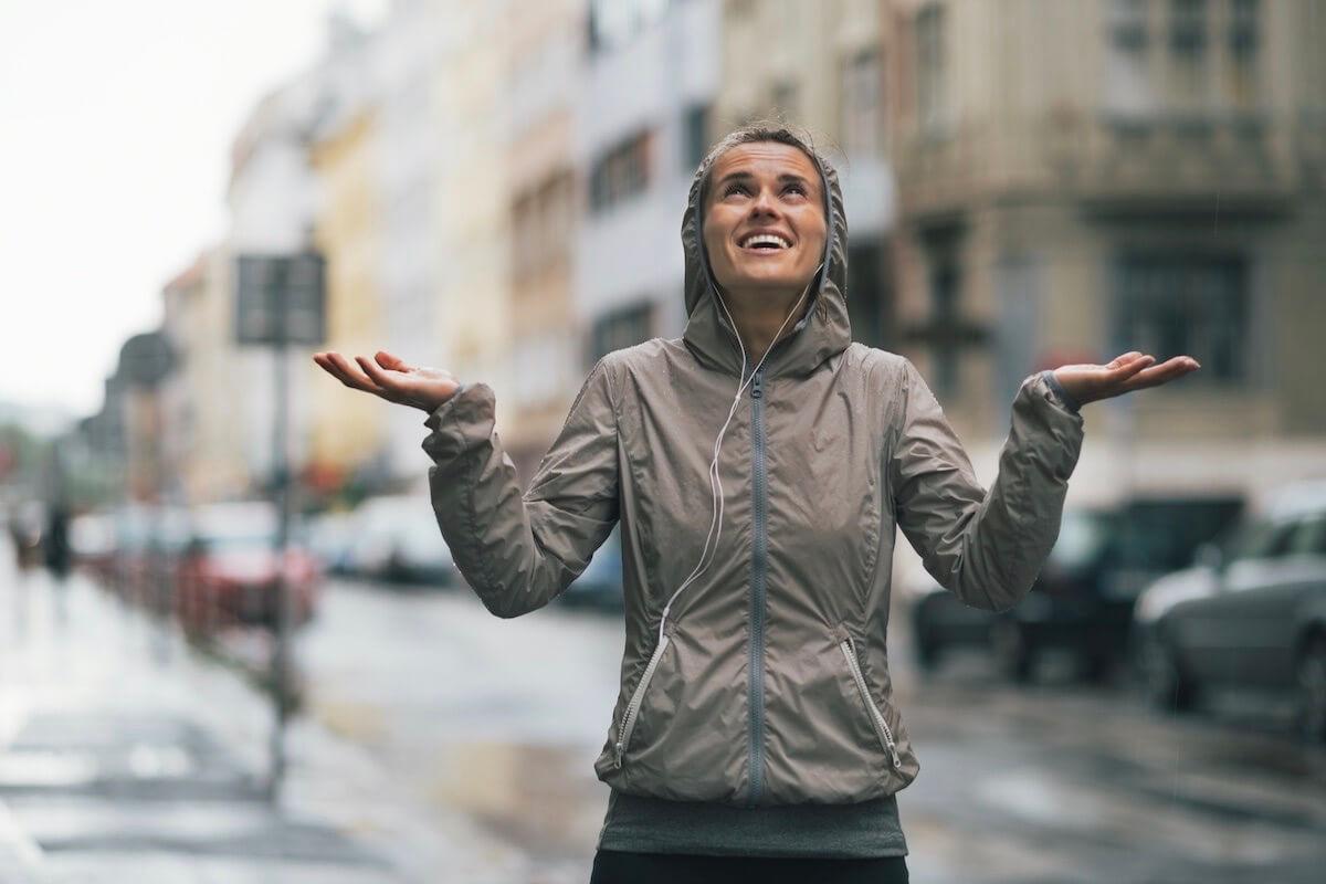 Sportlerin im Regen